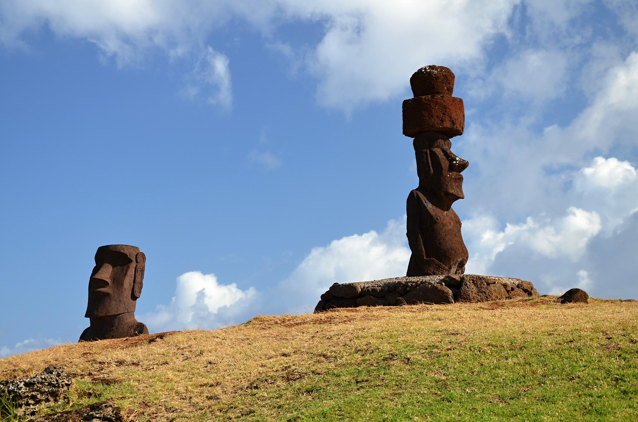 Dvojice Moai, jedna z nich se slušivým kloboučkem