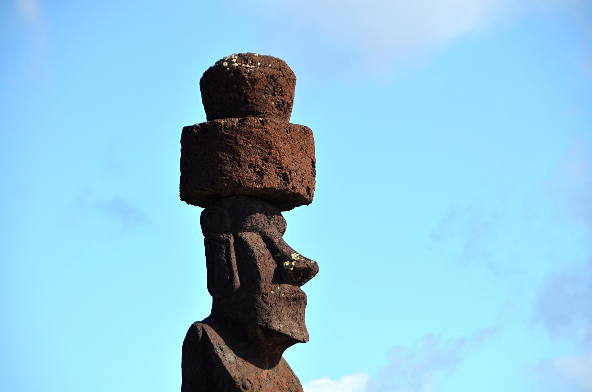 Detail Moai a klobouku, který však může představovat i vlasy