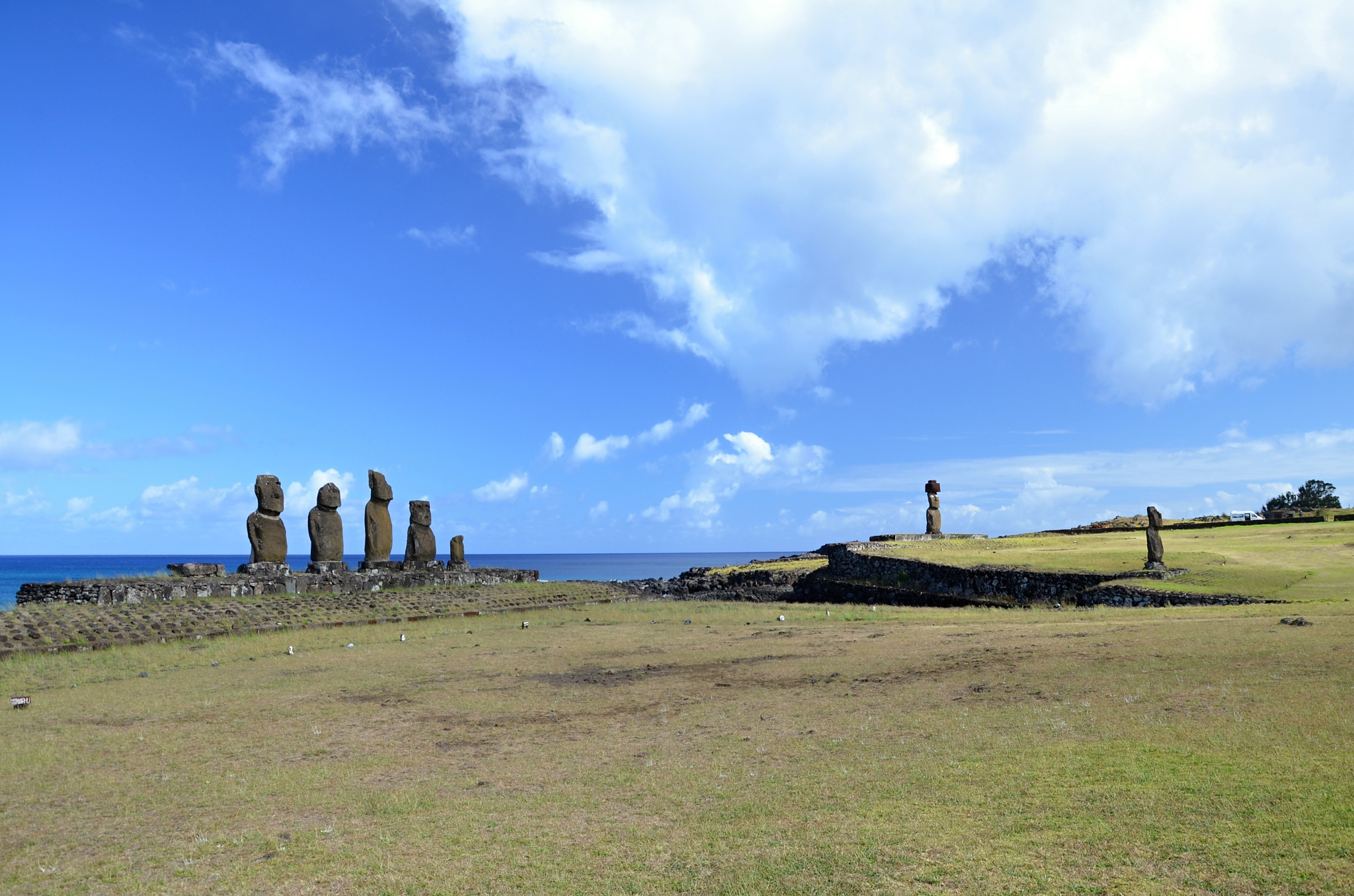 Další místo s celkem třemi posvátnými plošinami Ahu a sedmi stojícími sochami Moai