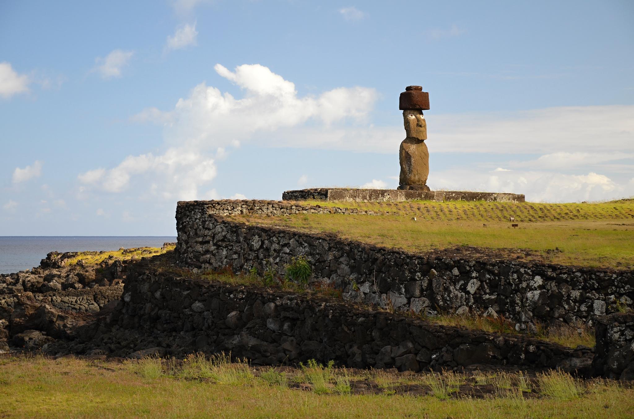Moai na Ahu Ko Te Riku s kloboukem a krásnýma očima