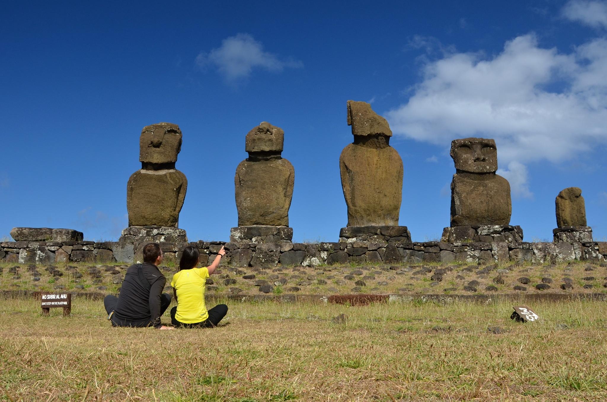 Nadšení diváci u Moai na Ahu Vai Uri