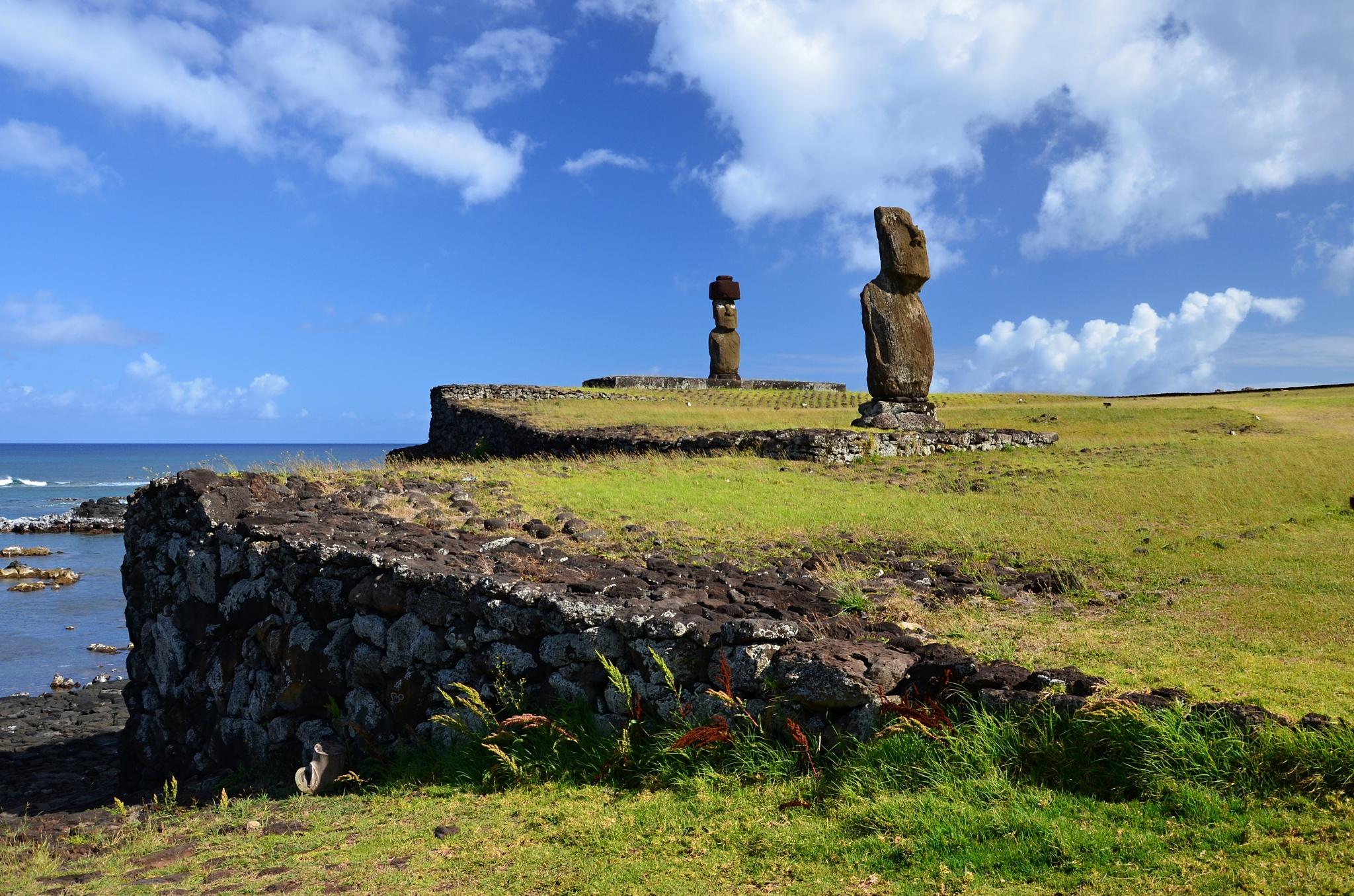 Moai na Ahu Tahai, v pozadí Ahu Ko Te Riku