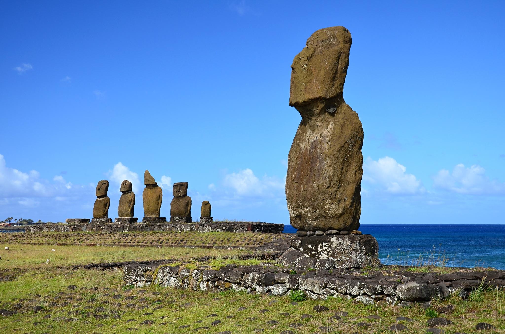 Moai na Ahu Tahai, v pozadí Ahu Vai Uri
