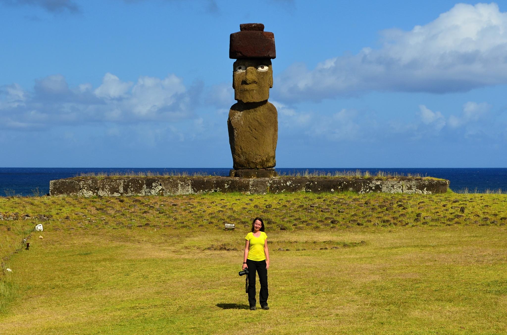 Moai na Ahu Ko Te Riku s kloboukem a krásnýma očima a Hanka (dole)