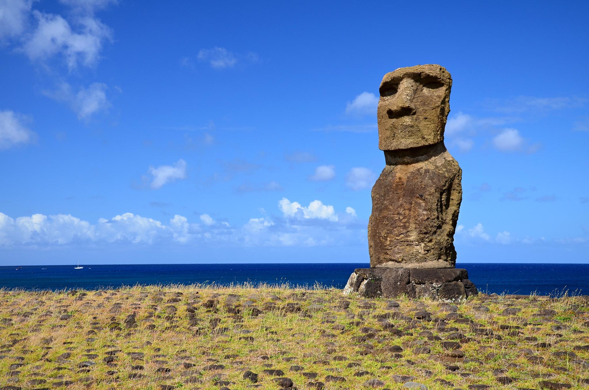 Samostatně stojící Moai na místě Ahu Hanga Kioe