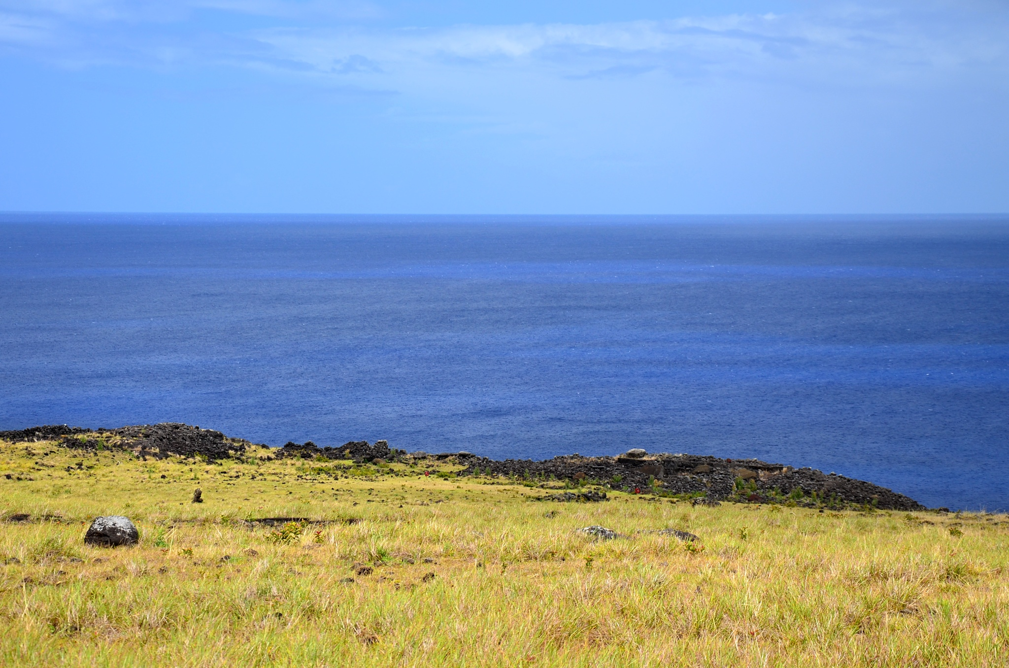 Několik popadaných Moai na místě Ahu Te Peu