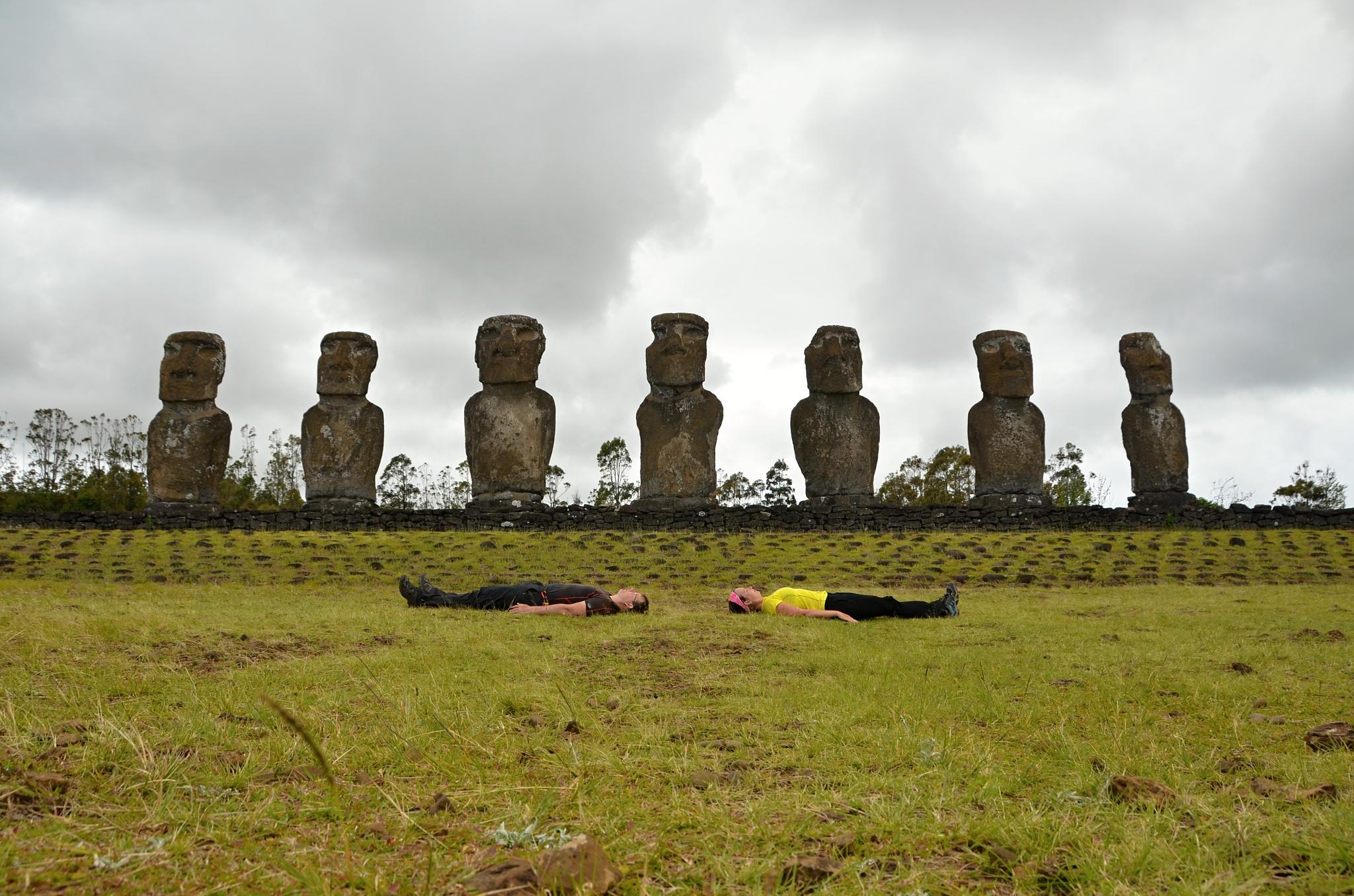 Sedm stojících Moai a dvě ležící