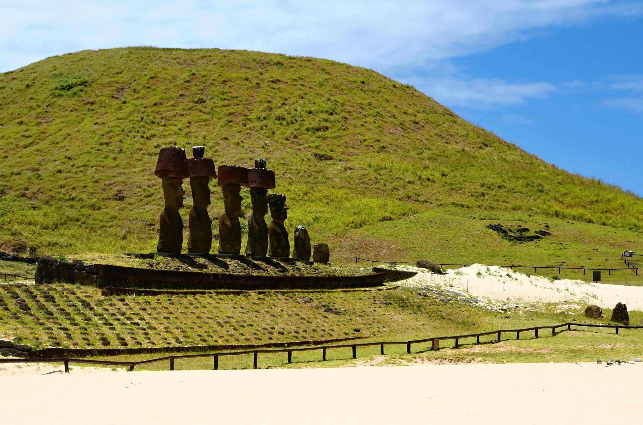 Sedm Moai na písečné pláži na plošině Ahu Nau Nau