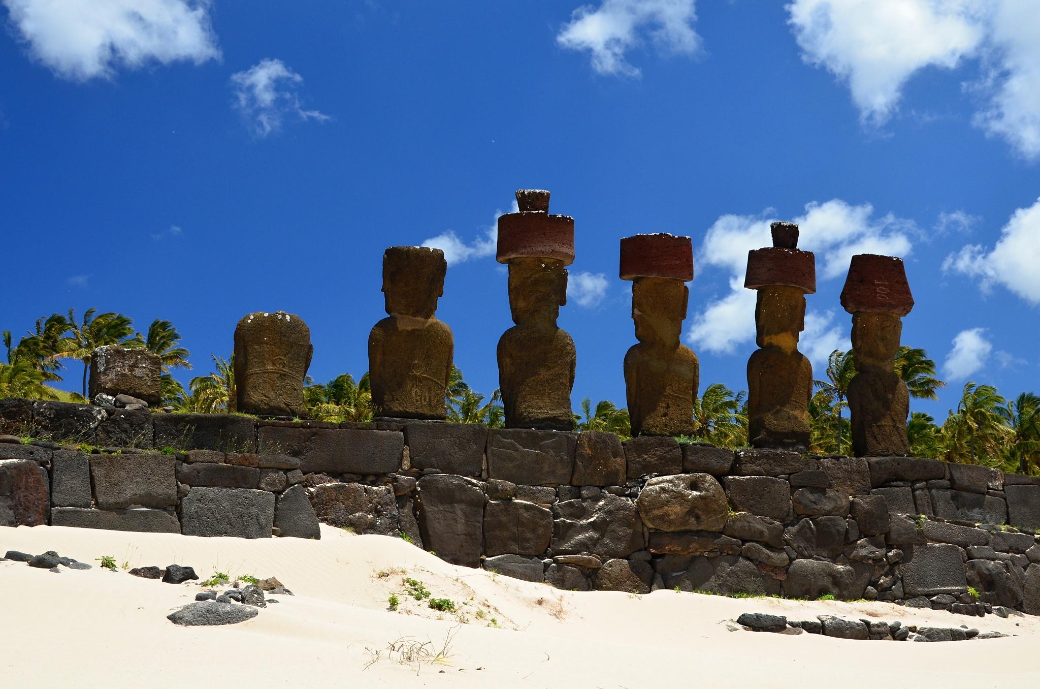 Zadní pohled na plošinu Ahu Nau Nau se sedmi sochami Moai