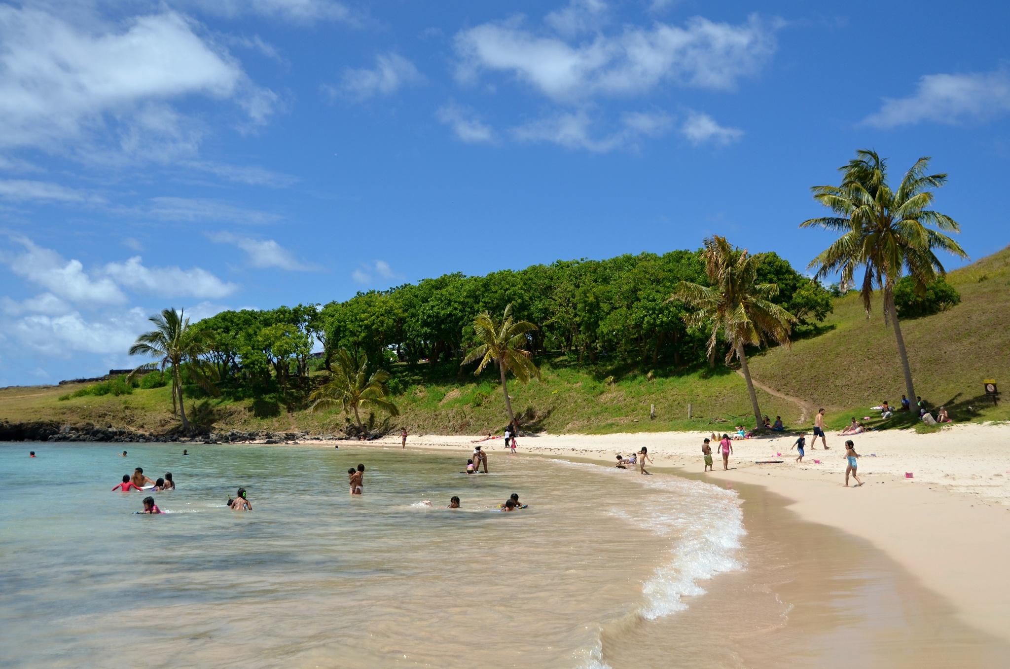 Koupající se lidé na pláži Anakena
