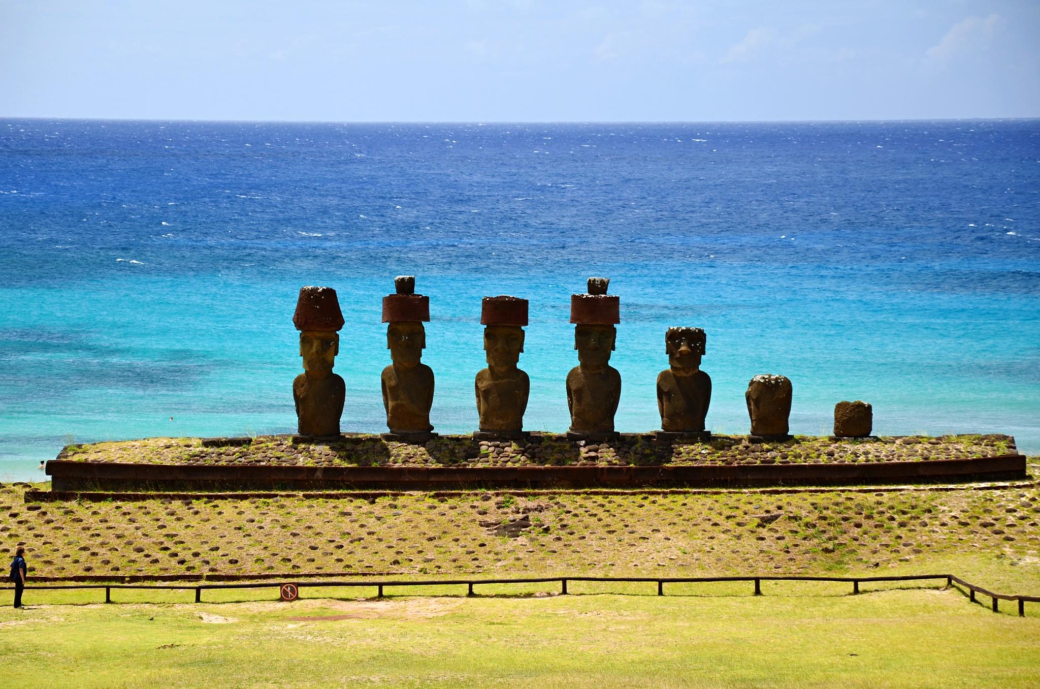 Sedm Moai na plošině Ahu Nau Nau