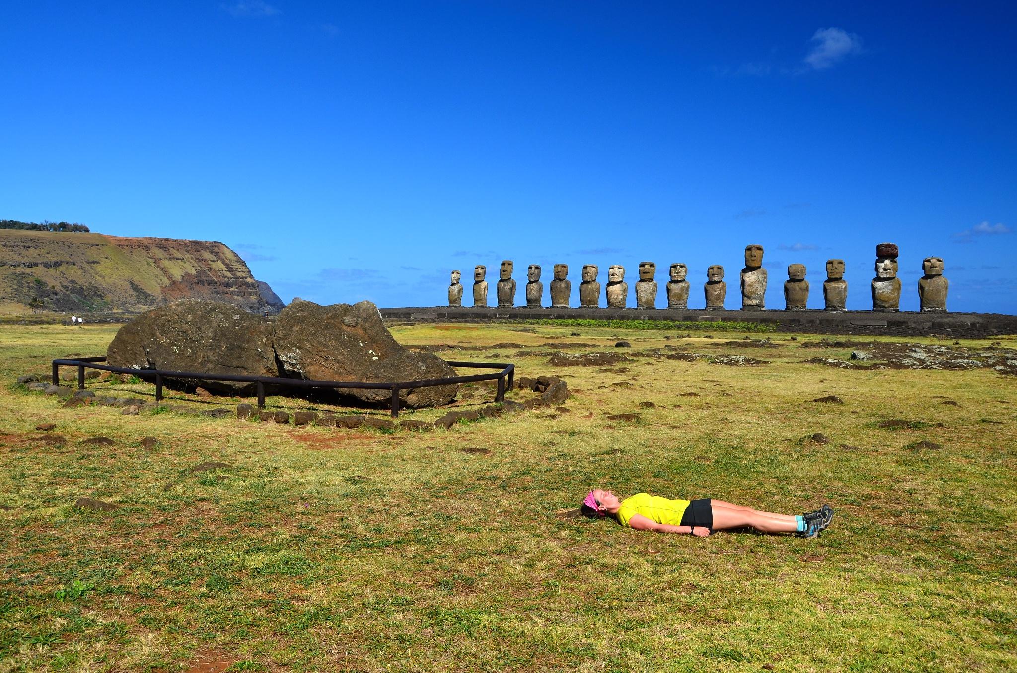 Největší Ahu Tongariki s patnácti Moai, ležící Moai a ležící Hanka