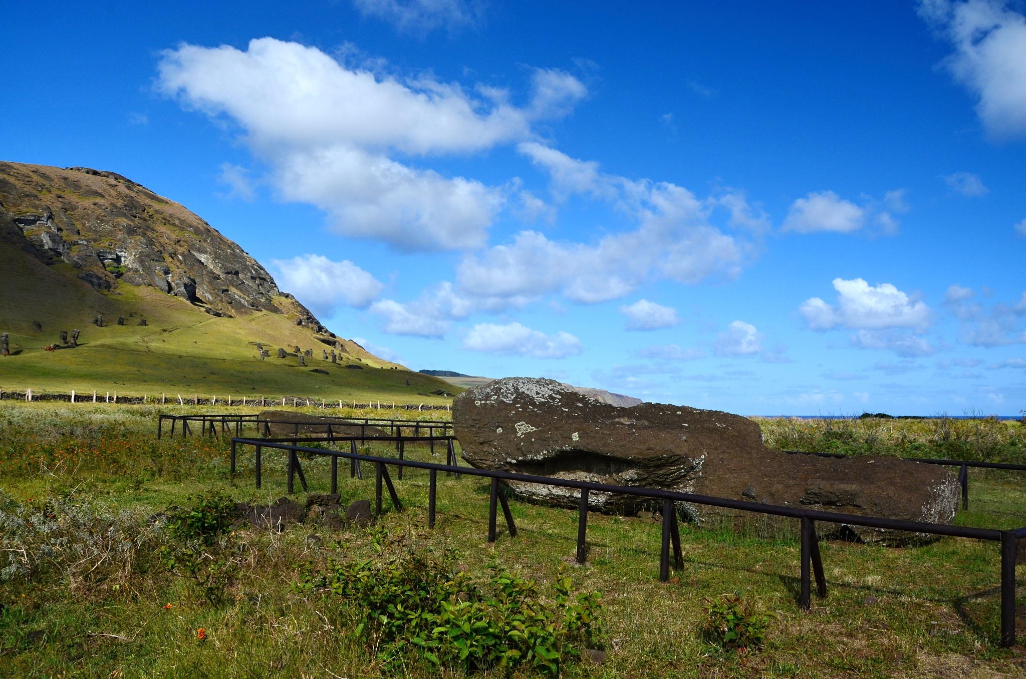 Ležící Moai a za ní vulkán Rano Raraku