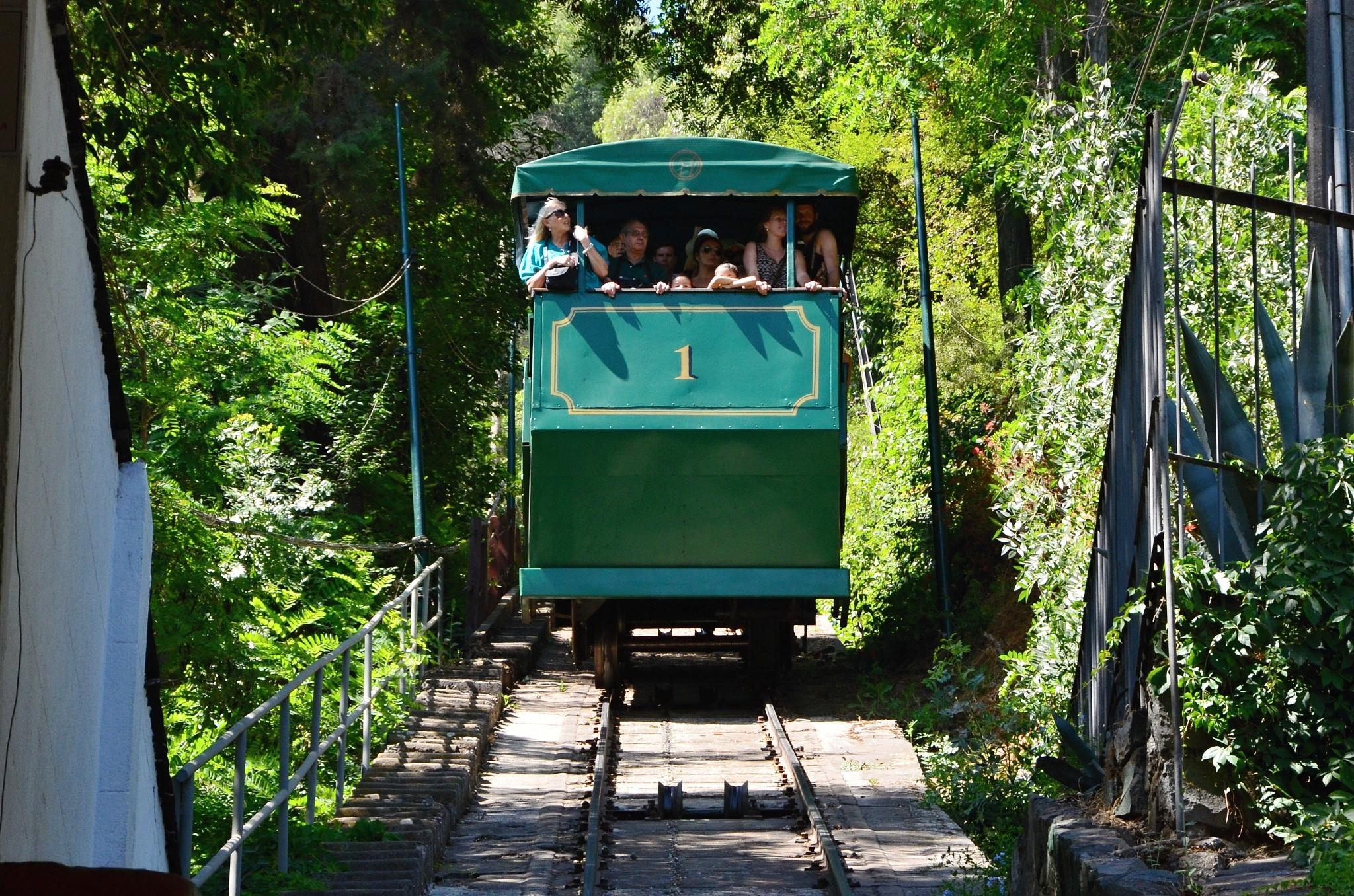 Vůz lanovky přijíždí do stanice na úpatí kopce San Cristóbal