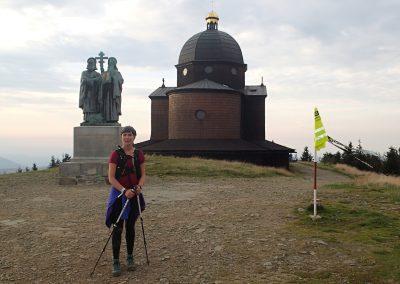 Nahoře na Radhošti, posledním z tisícovkových vrcholů na cestě