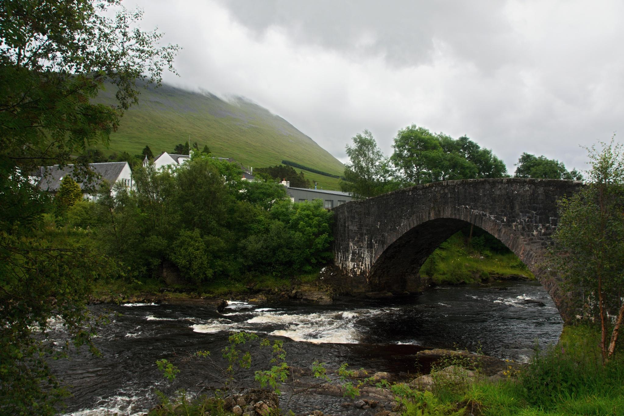 Most přes řeku Orchy, v pozadí několik stavení včetně hotelu