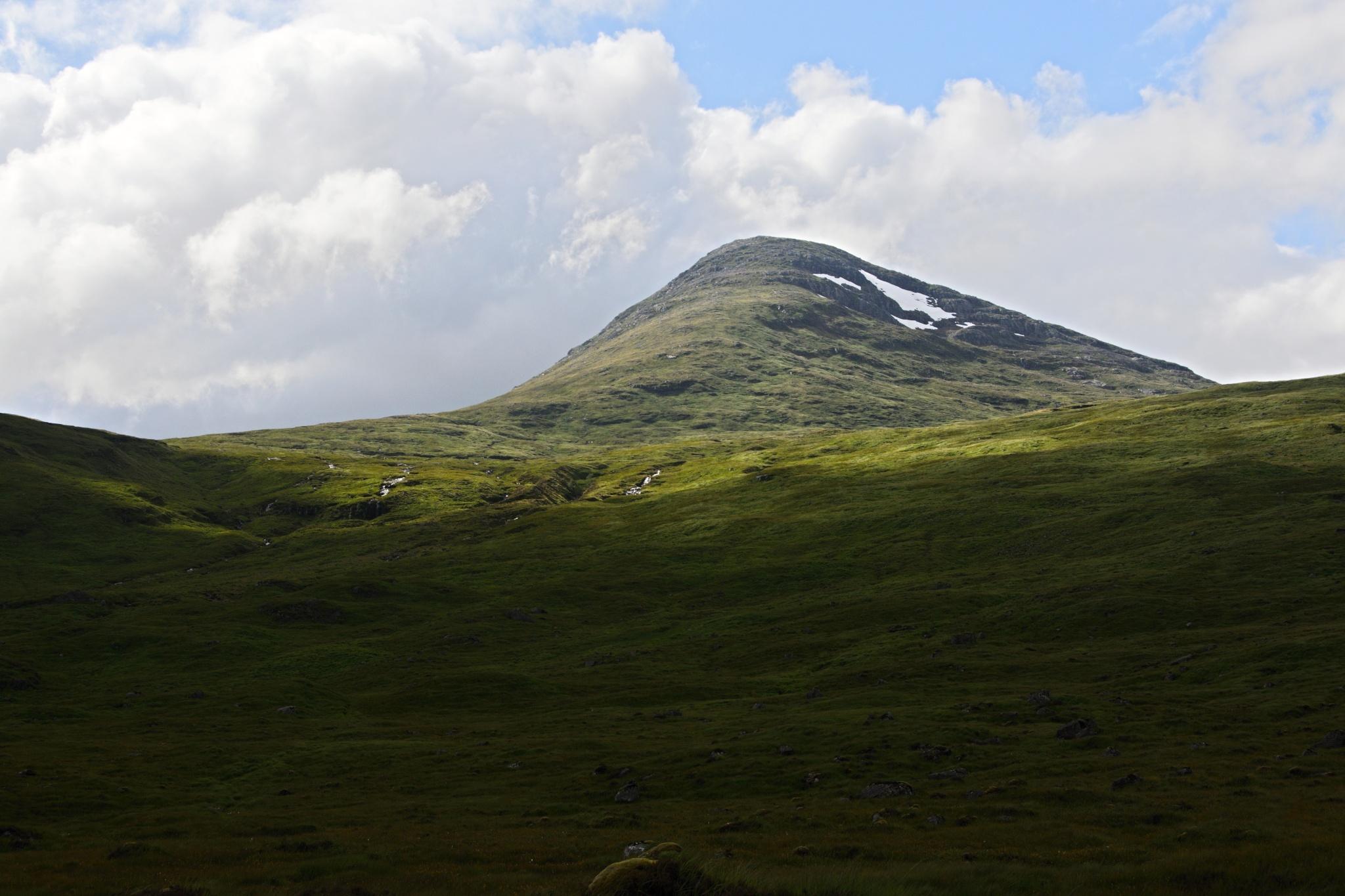 Sněhem pokrytý kopec Mealh a' Bhuidirh