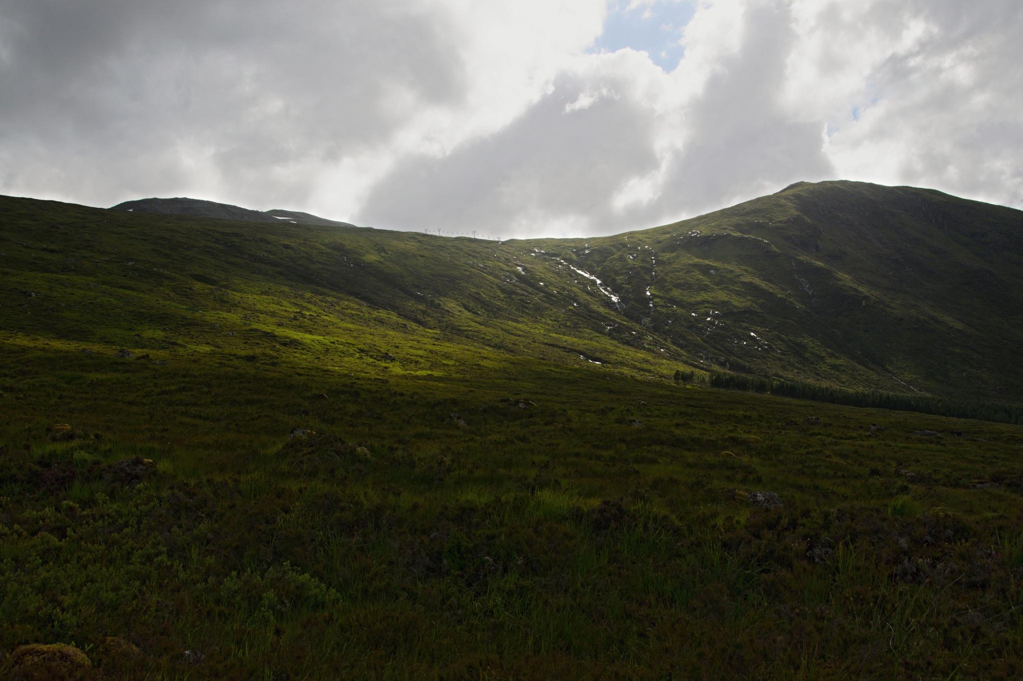 Ve Skotsku mají i sjezdovky! Nižší kopec Creag Dubh, vyšší Mealh a' Bhuidirh má 1108 metrů
