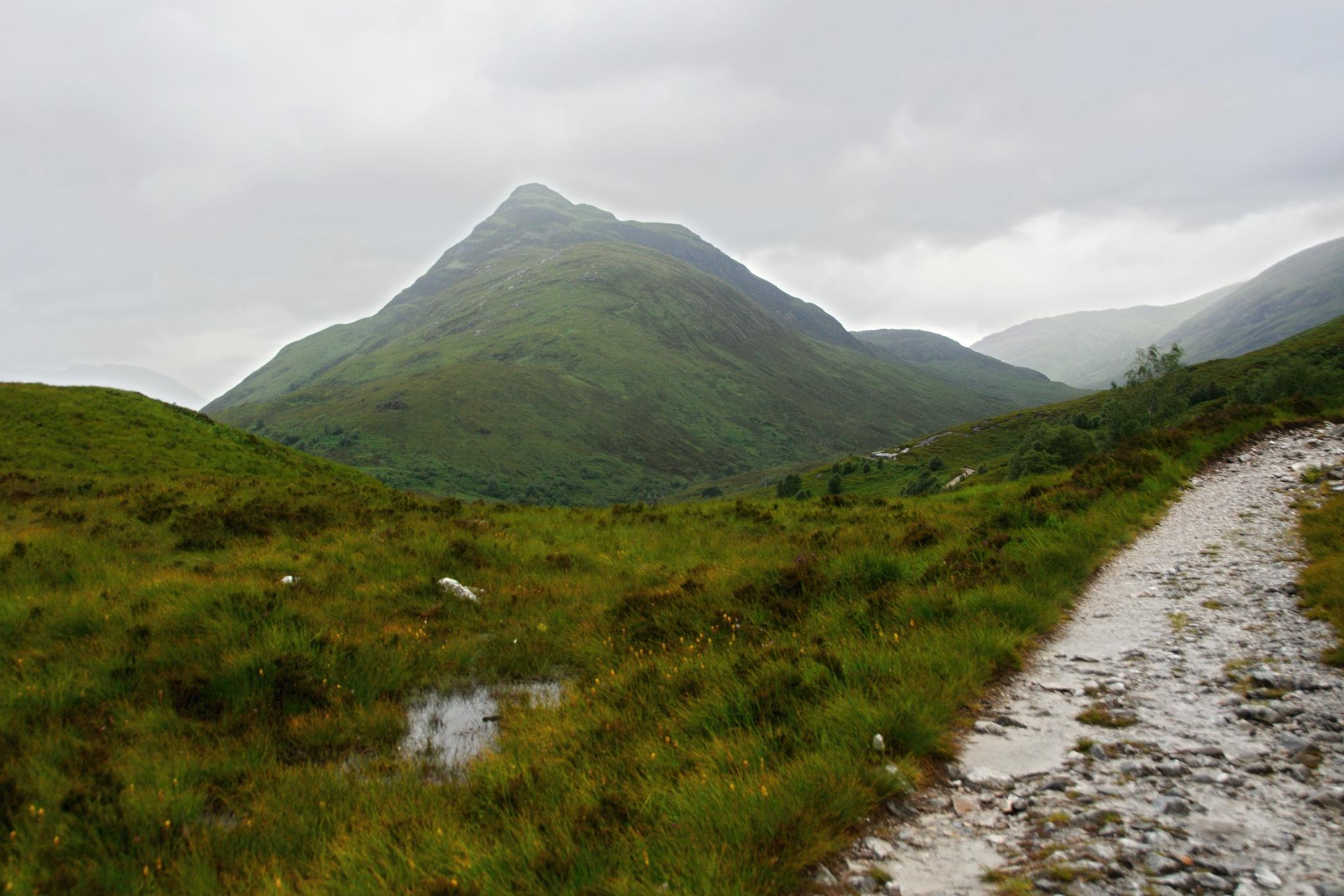 Pohled na mlhou zakrytý kopec Beinn na Caillich