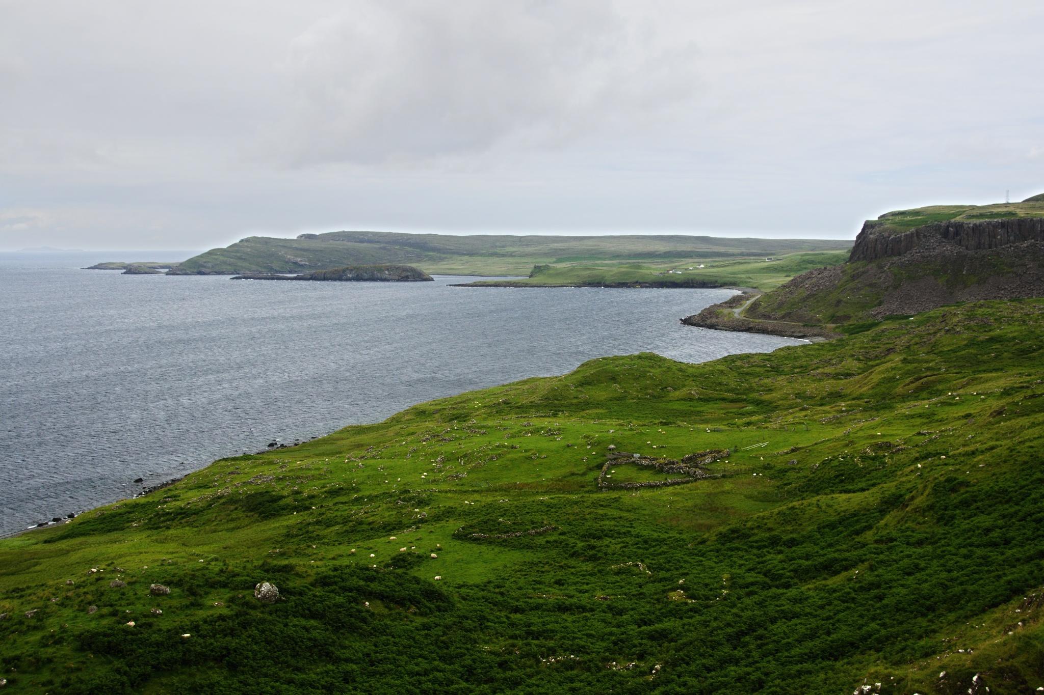 Pohled na zátoku, v dálce je zřícenina hradu Duntulm