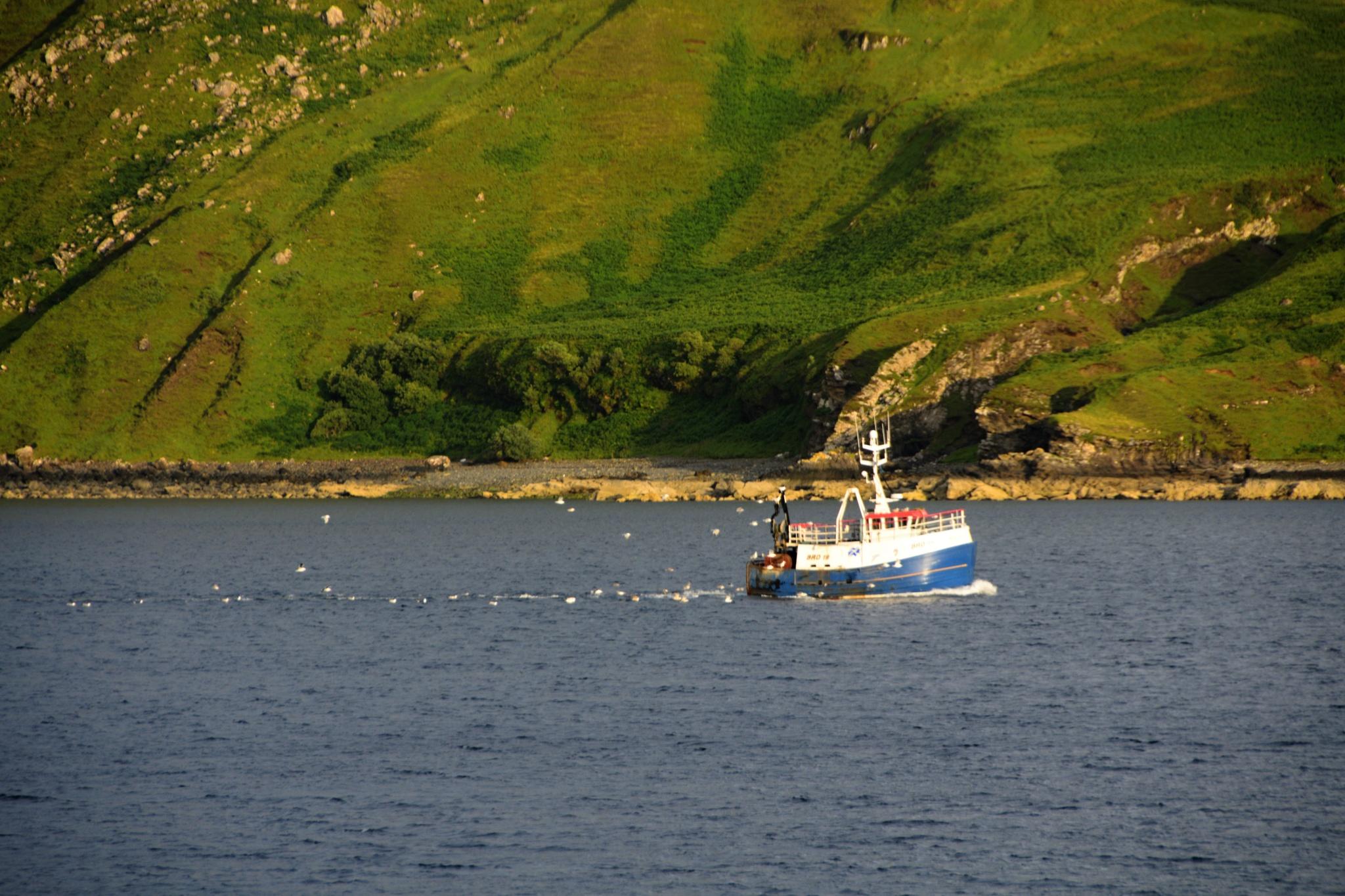 Rybářská loď se vrací do přístavu Portree