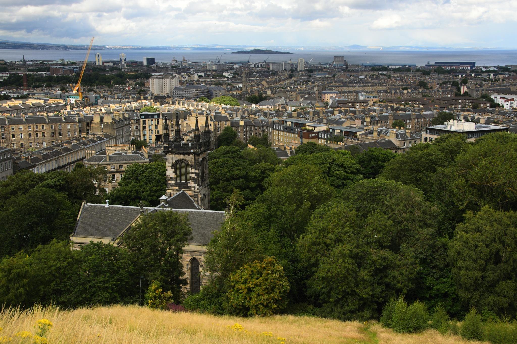 Výhled na Edinburgh, v popředí kostel Greenside Parish