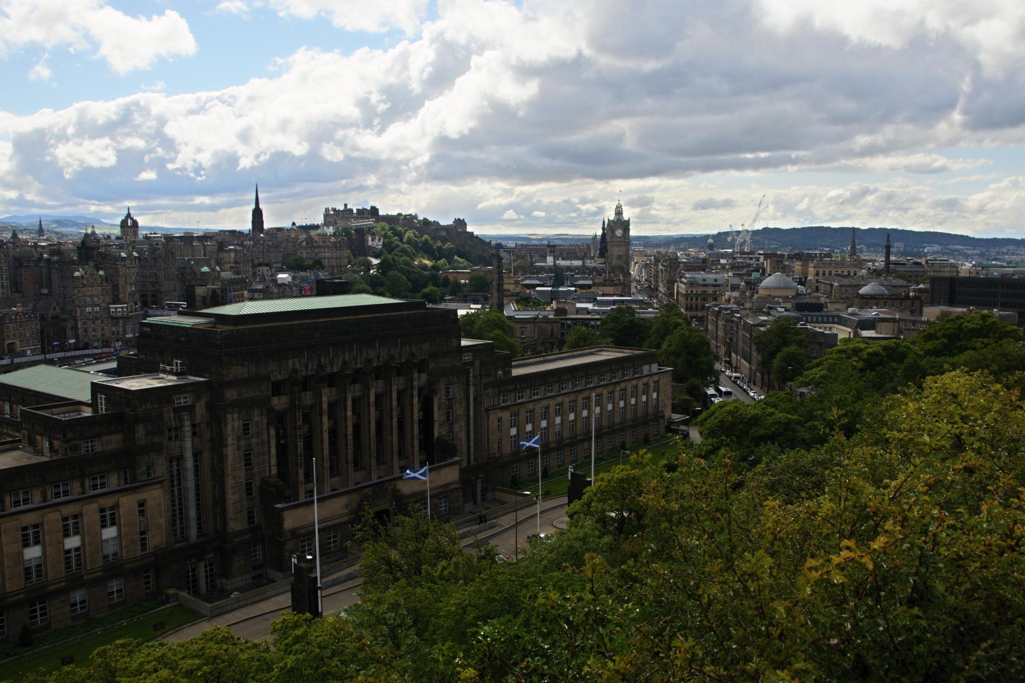 Úřad skotské Vlády, v pozadí hrad