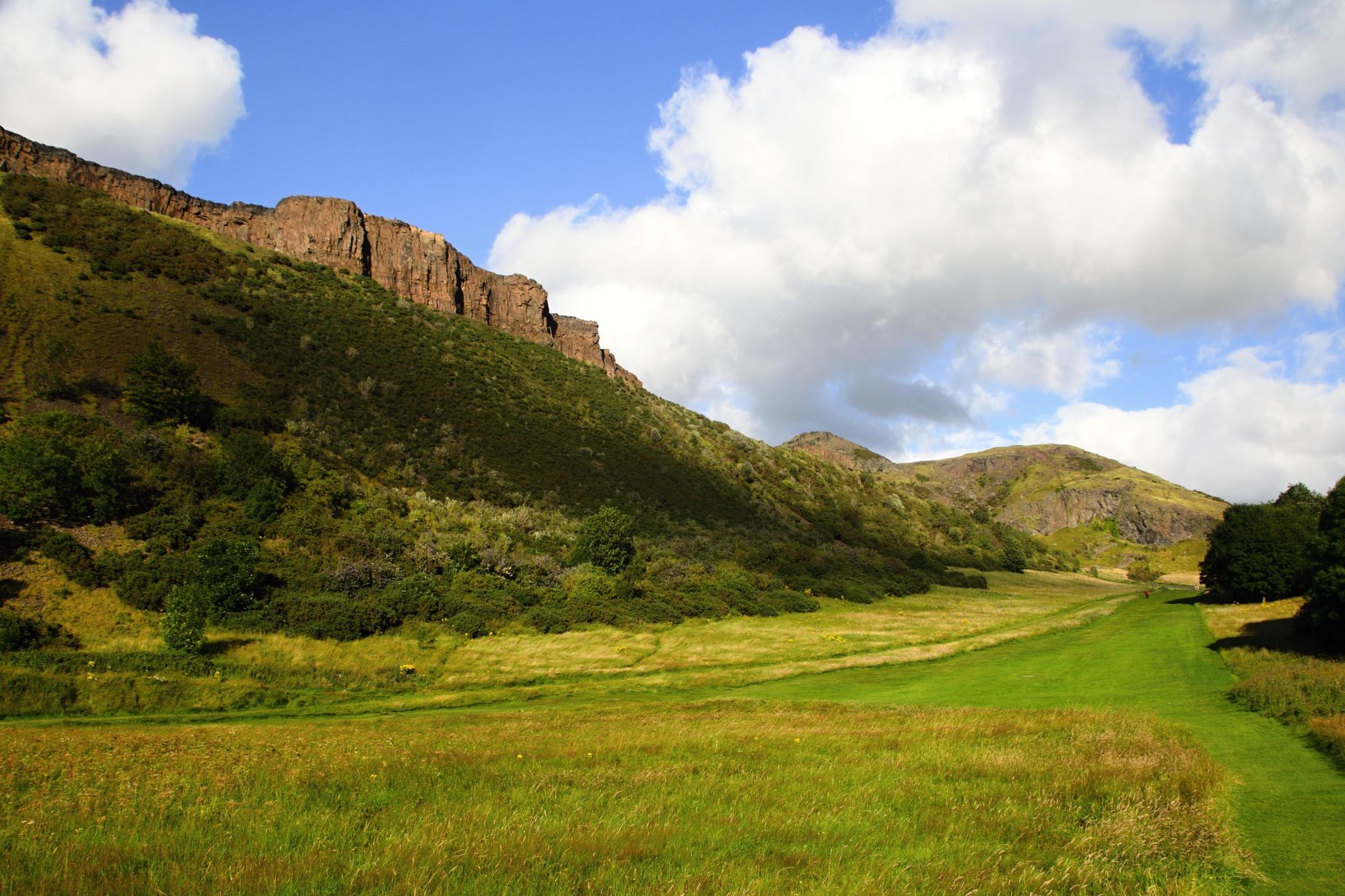 Útes zvaný Salisbury Crags nad Edinburghem
