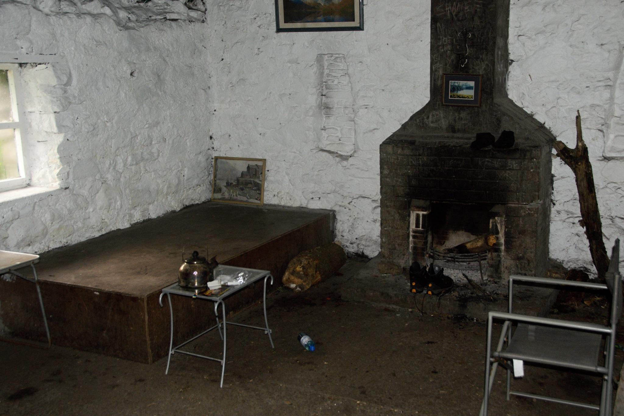 Vnitřek chaty Doune Bothy