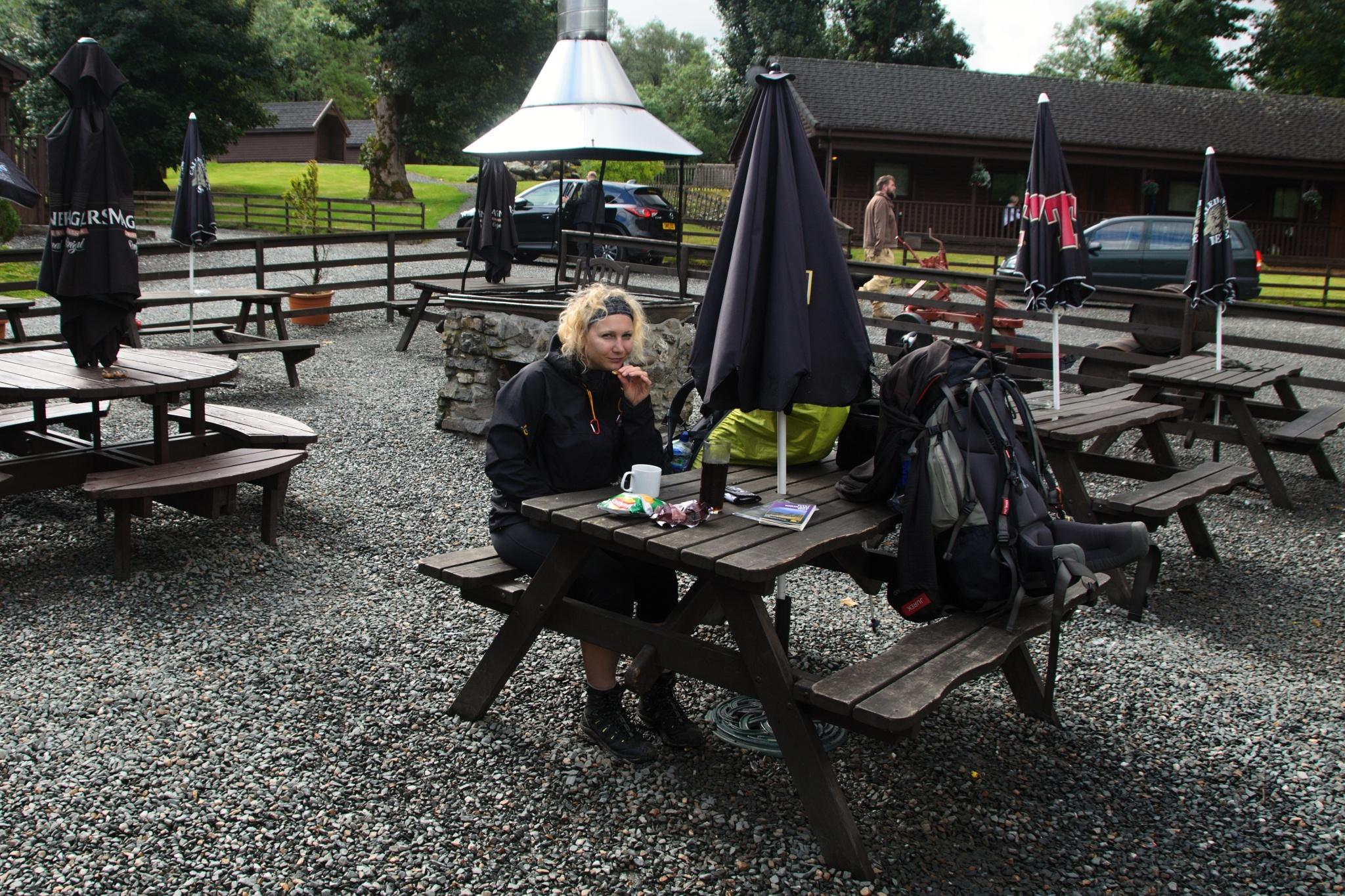 Snídaně v kempu Beinglas u vesnice Invernrnanu