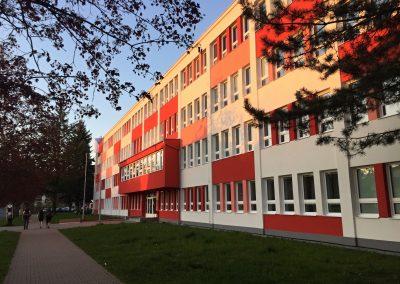 Budova školy, v jejíž tělocvičně máme dočasný azyl