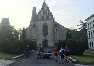 Na startu Rakovnické 60 před chrámem sv. Bartoloměje, skupinka vpravo je řidič Jirka a další dva spolucestující