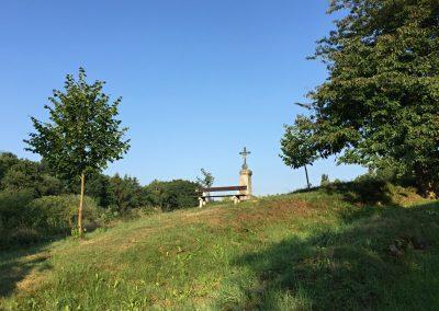 Zátiší s křížkem a lavičkou