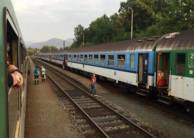 A už je tady druhý vlak pro druhou půlku závodníků.