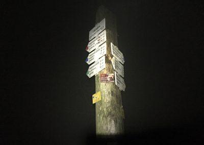 Rozcestí Třemšín. Je tu mlha a zima. A také všechny 4 barvy turistických značek, to se tak často nevidí...