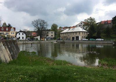 Náměstí s rybníkem v Třebotově
