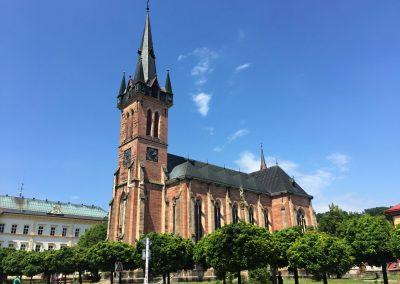 Kostel sv. Vavřince ve Vrchlabí. Modrou oblohou se nenechte zmást, je to jen demo.