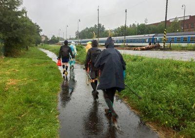 Cesta na vlak a už na nás není ani nit suchá