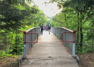 Mostek přes silnici, na jehož konci je nultá časová brána