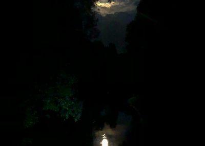 Měsíc. Vlnící se vodě. To je romantika... :)