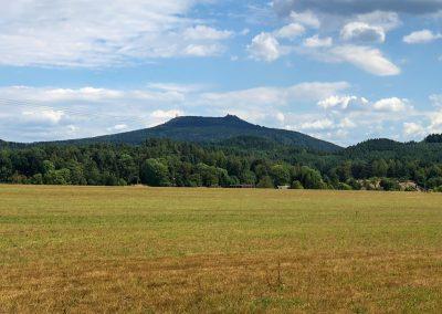 Na obzoru je kopec Hvozd a rozhledna