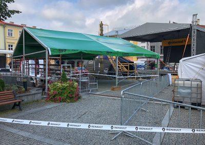 Na náměstí ve Frenu se v pátek ráno už všechno připravuje na sobotní a nedělní slávu.