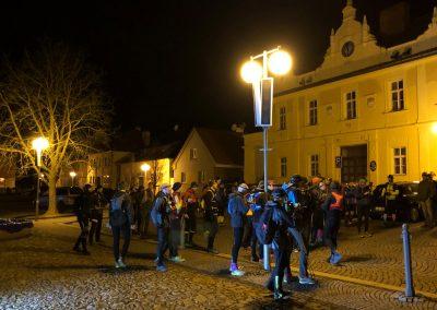 Pár minut před startem se na náměstí rojí pochodníci
