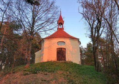 Kostelík v zapadajícím slunci