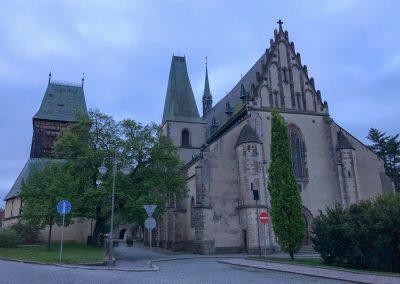 Kostel sv. Bartoloměje na skoro liduprázdném náměstí.