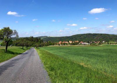 Po krátké přestávce zase na cestě. Na rozdíl od R60 to tady vezmeme oklikou přes pár kopců a vesnic.
