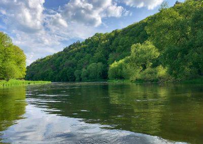 Ne, vodák ze mě nebude. Místo kochání se přírodou se křečovitě držím okraje loďky a bojím se byť jen nadechnout...