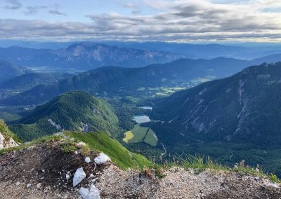 Pohled na Lago di Fusine (horní i dolní) z hranic se Slovinskem