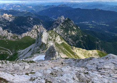 Hřeben vedoucí po hranici (vlevo Slovinsko, vpravo Itálie)