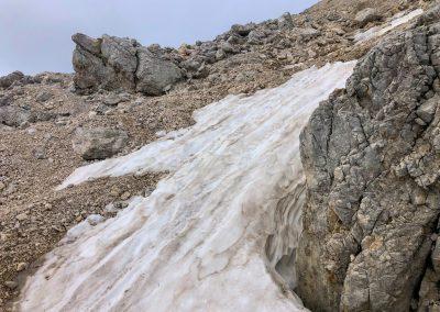 Sníh, skály a kameny.